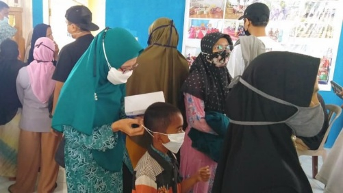 Machdalena Erwin Yunaz Semangati Ibu-Ibu Dan Nakes Saat Vaksinasi Di Ompang Tanah Sirah