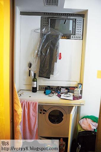單位大門與廚房之間的位置,發展商大玩「層層疊」,由下至上分別是洗衣機、拉出式枱面、雪櫃、紅酒櫃及放雜物的入牆櫃,蔚為奇觀。 <br><br>(黃叔榮攝)