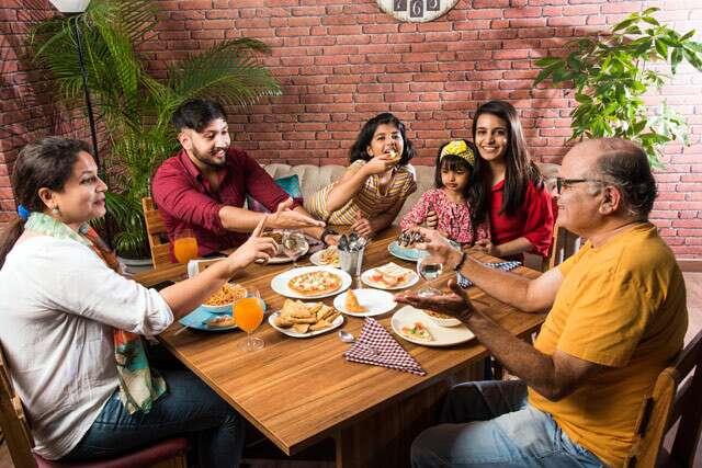 الارتباط على وجبة مع العائلة والأصدقاء