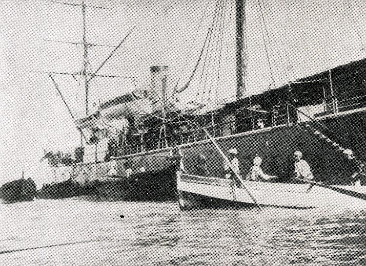 El LEGAZPI desembarcando caballería en África. Foto de la Revista General de Marina. Año 1966.jpg