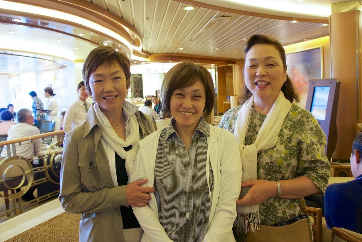 船旅最終日の記念写真、素敵なお姉様方とご一緒に