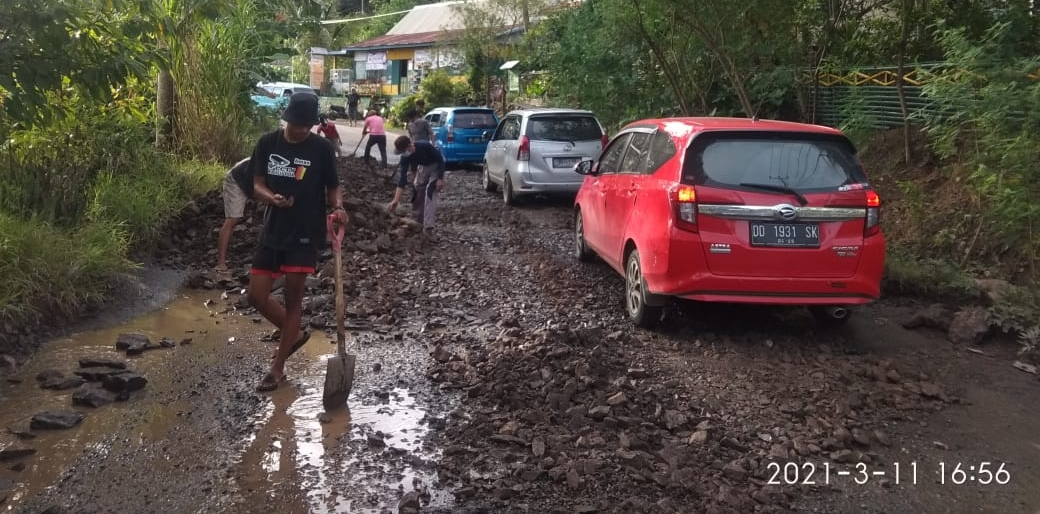 Batu Laterit Solusi Awal Perbaikan Jalan Rusak di Desa Gattareng Poros Bulu Dua dengan Gotong Royong