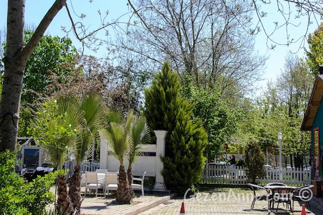 Cumhuriyetköy'deki Beyaz Bahçe'nin girişi
