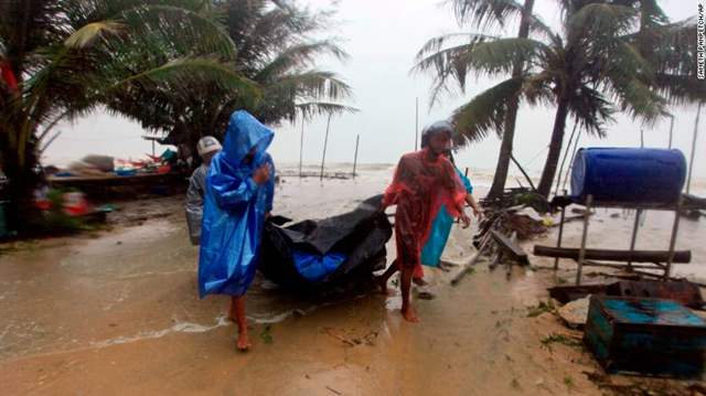 Locals in Pak Phanang, in the southern province of Nakhon Si Thammarat, clear the shoreline in preparation for the approaching Tropical Storm Pabuk, 4 January 2019. Photo: CNN