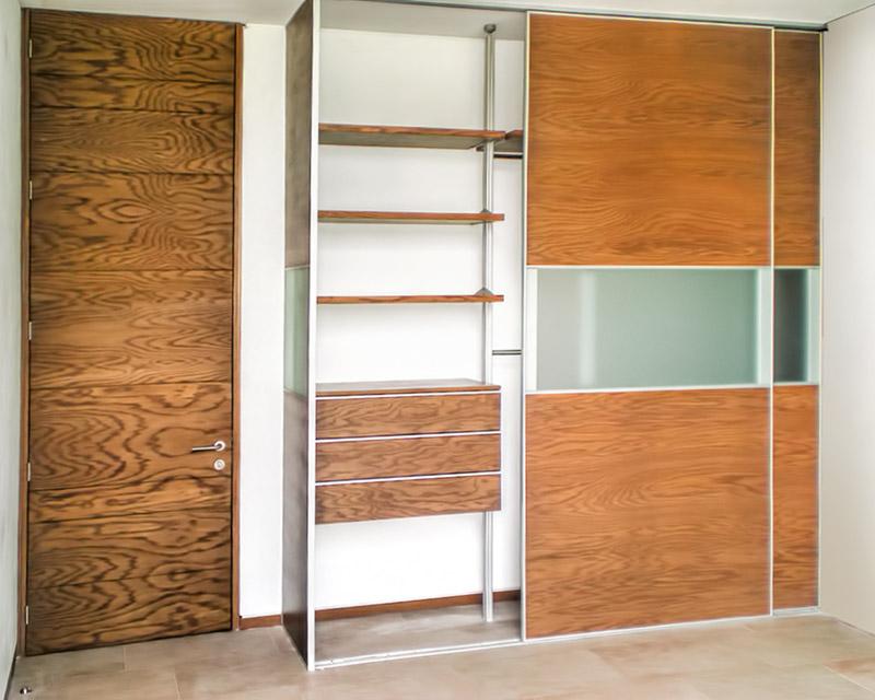 Closets y vestidores de lujo closets de madera closets for Imagenes de zapateras de madera