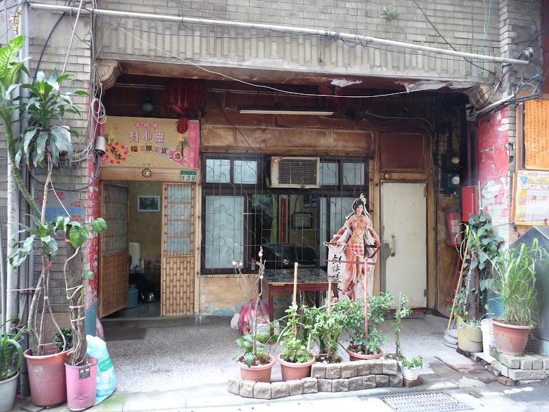"""Figure dans le livre """" 133 sites historiques de Taipei"""".Un bien triste ancien bordel,habité aujourd'hui par de paisibles mamies"""