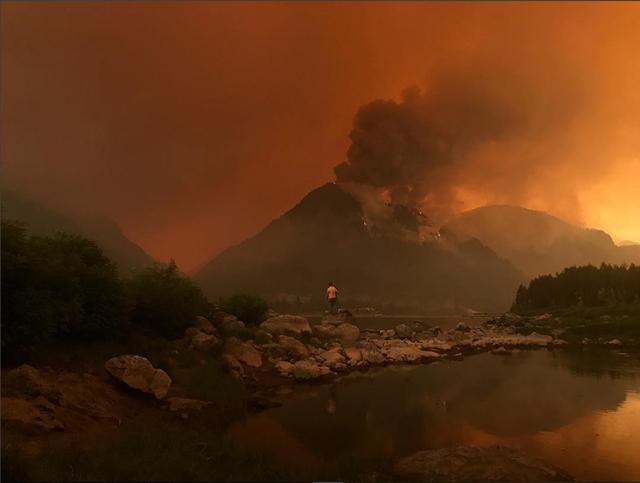 The Eagle Creek fire burns above Bonneville Dam on Sunday, 4 September 2017. Photo: Arianna Frye