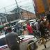 Passageiro é baleado e PM coloca vítima no porta-malas da viatura; veja vídeo