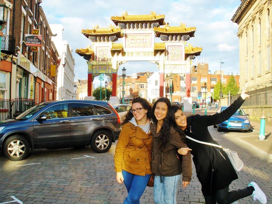 Azahara Geraldo en el centro, entre Aurora Blasco y Laura Burdallo. China Town en Liverpool, 26-9-2015