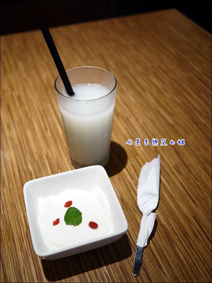 14 可爾必思與純手工杏仁豆腐