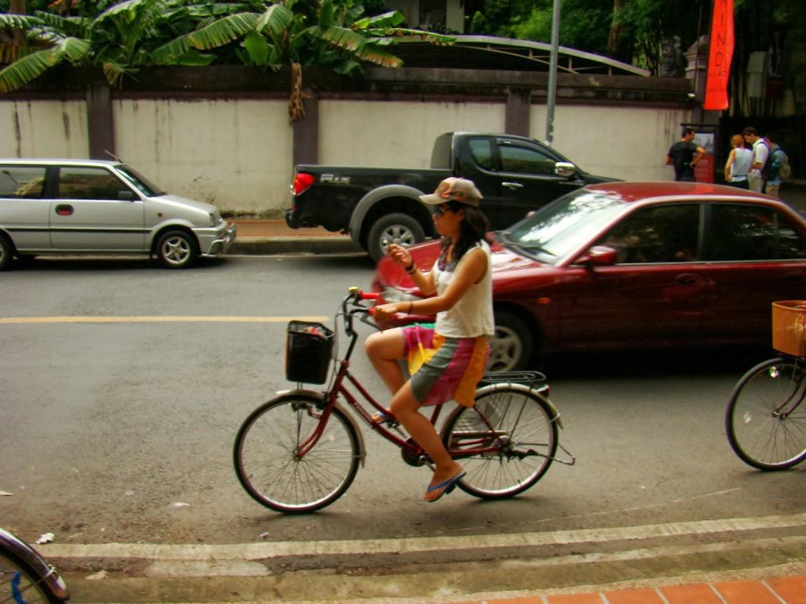 Adolescente chateando despreocupadamente en una calle con tráfico