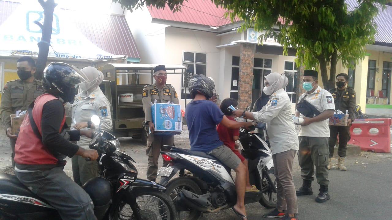Mencari Keberkahan Bulan Suci Ramadhan Satpol PP Soppeng Berbagi Takjil Ke Pengguna Jalan