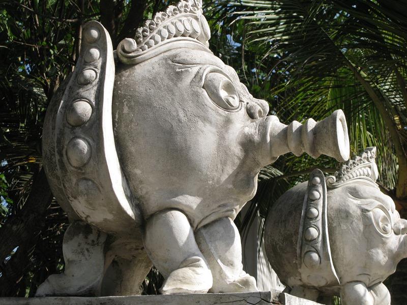 Остров Бали, скульптуры у моря