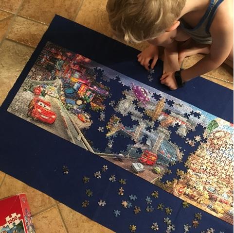 Kind puzzelt 1000-Teile-Puzzle