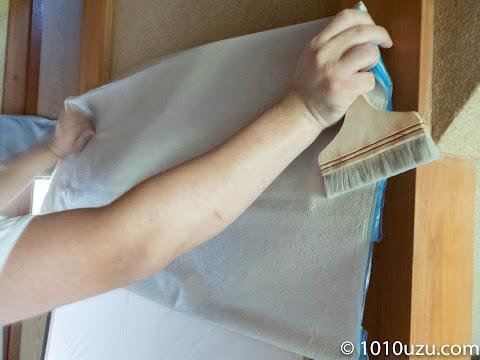 襖の枠と平行になるように壁紙を張る