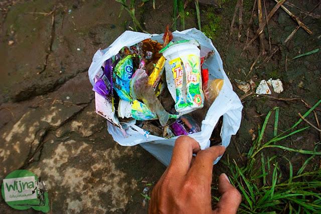 Aksi bakti sosial mengumpulkan sampah-sampah yang tersebar di obyek wisata Air Terjun Coban Talun di Kota Batu