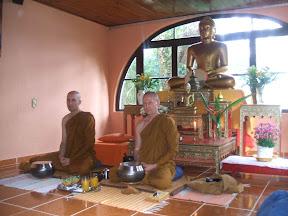 Ajahn Ariyasilo e Ven Dhammiko na Dana (Oferecimento do almoço) - Cântico de agradecimento (Anumodana) e bençãos