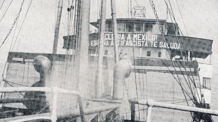 El MAR CANTABRICO desplegando parte de la propaganda. Del libro El Crucero Canarias. Proa a la Victoria.JPG