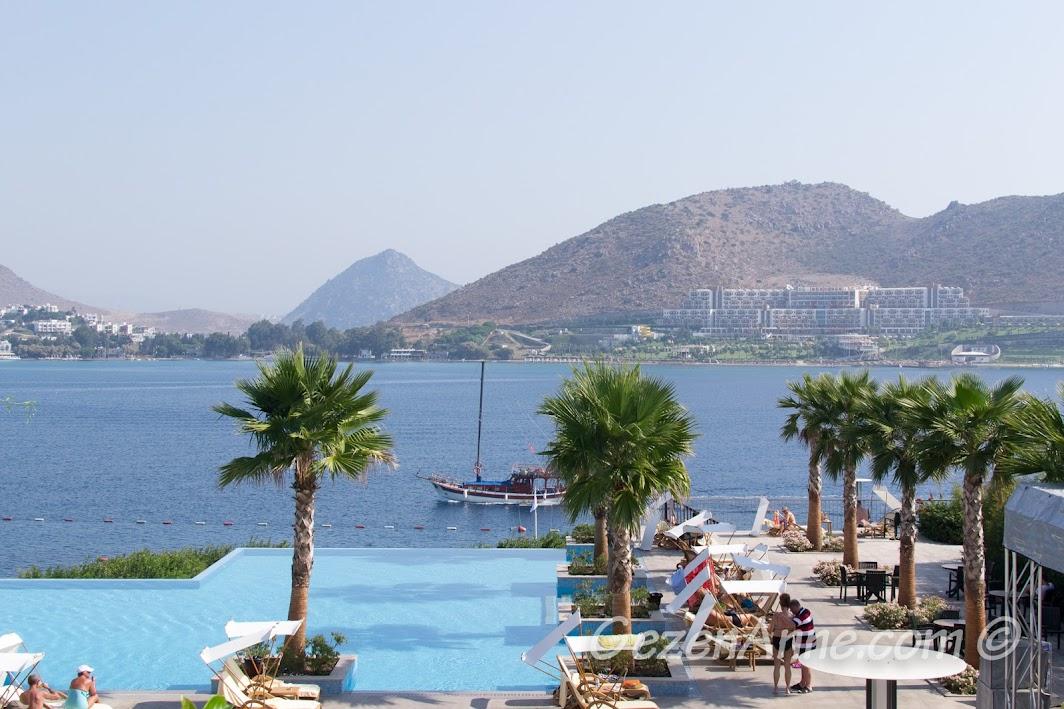Xanadu Island Hotel'den otelden Akyarlar koyu manzarası