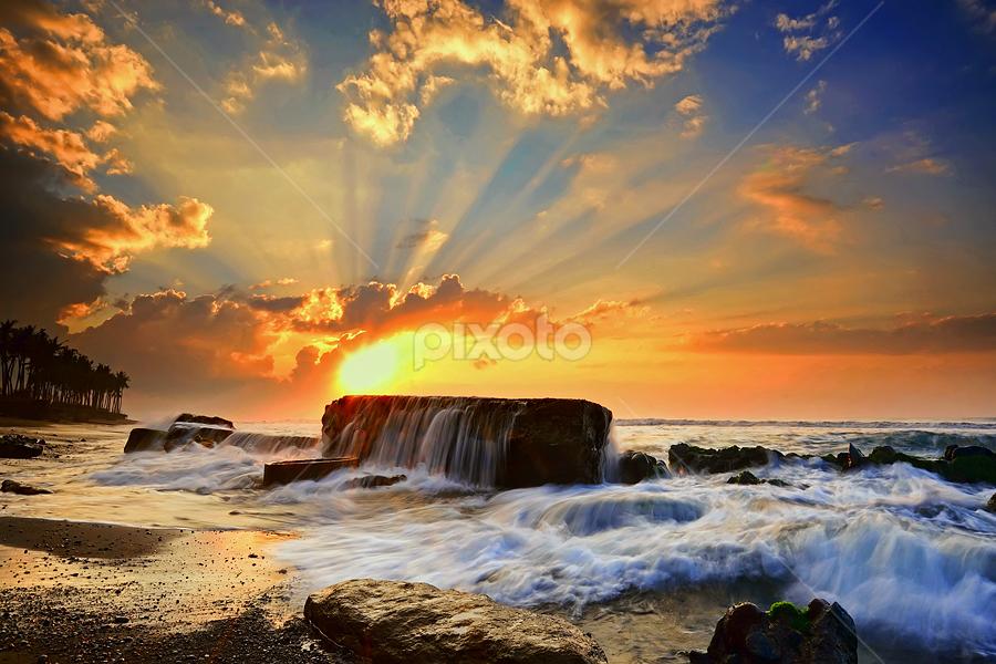 Manyar Sunrays II by Hendri Suhandi - Landscapes Sunsets & Sunrises ( bali, manyar, sunrise, beach )