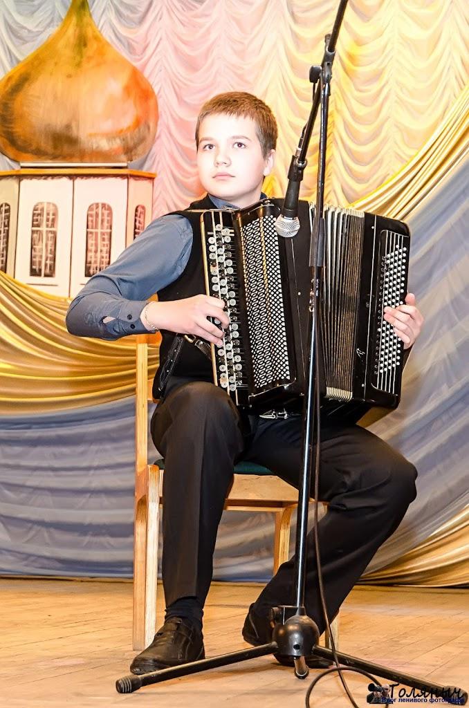 Воспитанник детской школы искусств Максим Воронцов исполнил соло на баяне.