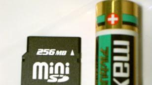 miniSDカードと単3乾電池