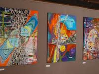 11 Alkotások egymás mellett a kávézó emeletén.jpg