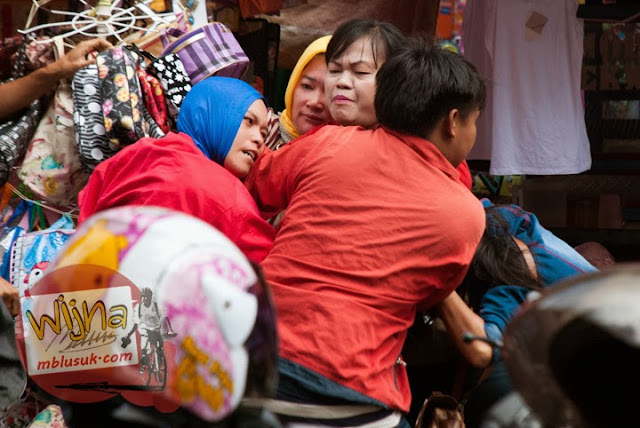 Ibu-ibu pedagang pasar 16 Ilir di Kota palembang, Sumatera Selatan sedang berkelahi karena persaingan yang keras antar sesama pedagang yang licik