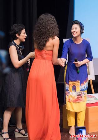 Ngọc Hân tặng áo dài cho Hoa hậu Pháp Flora