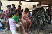 Tetap Jalin Keharmonisan Satgas Raider 300 Papua Berikan Pelayanan Kesehatan