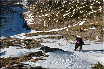Otro descenso, con bastante inclinación, y no siempre buena nieve. .... se baja con mucho cuidado