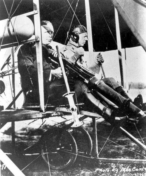 사상 최초 비행기에서 총기 실험 (1912년)