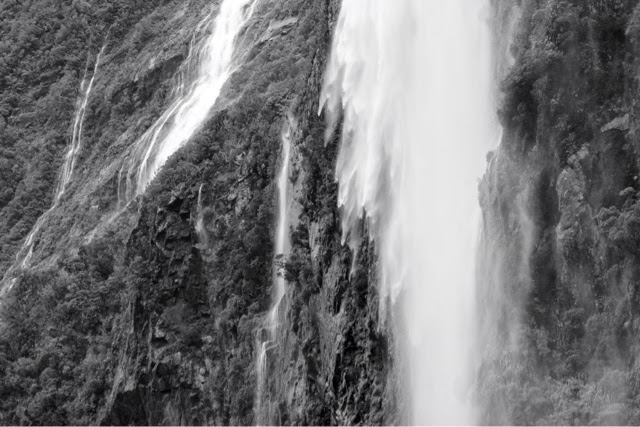 milford_sound_waterfalls_new_zealand_disappearing_falls