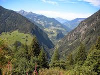 Route de la montée Ouest au fond de la vallée