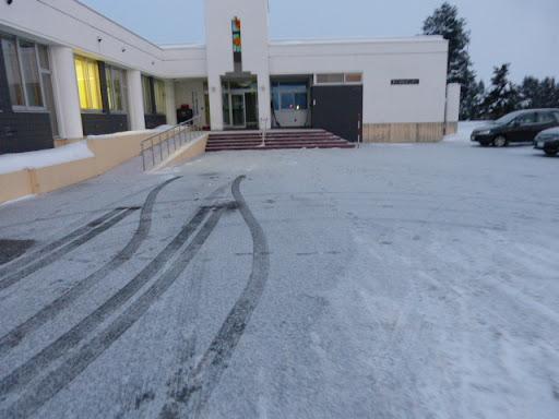 路面は雪に覆われています