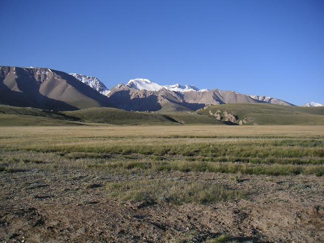 Kara Say : vue sur les Mts Borkoldoy (Koksaal Alatau), Kirghizstan, au matin du 11 juillet 2006. Photo : F. Michel