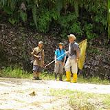 Eddie Ahmad, Felicity Oram et Jacques Ouvaroff (ALF). En bordure de la plantation de palmiers à huile. Sukau, 12 août 2011. Photo : J.-M. Gayman