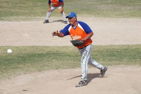 Elías Jasso de Insulinos en el softbol dominical de Bellavista