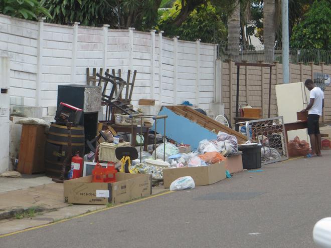 huisraad op straat als een gevolg van huisuitzetting, Durban, Zuid Afrika