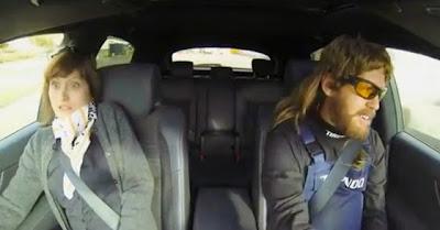 Sebastien Vettel mascara-se de mecânico e assusta pessoas em test drive louco