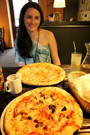 Comiendo unas pizzas en el barrio judio de Cracovia