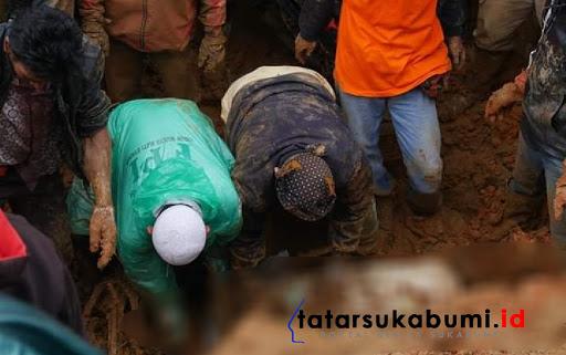 Proses evakuasi korban bencana longsor Cisolok Sukabumi / Foto : Asep M-Rhe