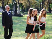 17 A gimnázium diákjai és igazgatója elhelyezik az emlékezés koszorúját.JPG