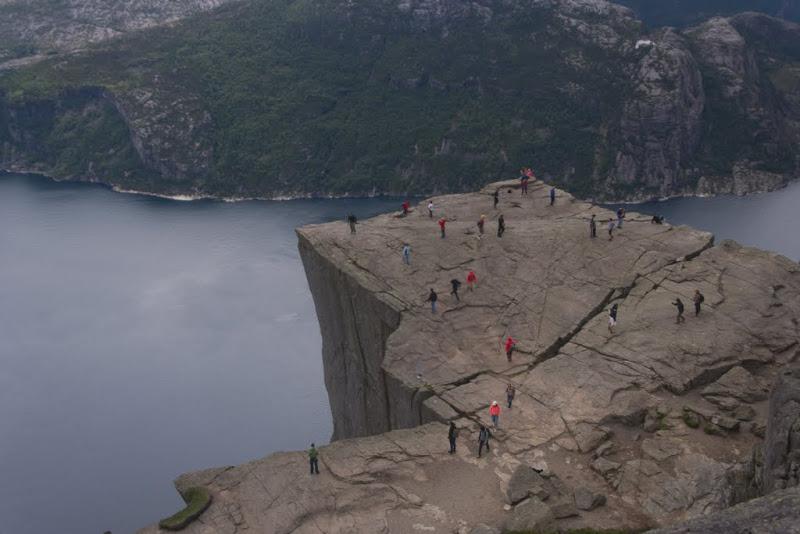 Preikestolen visto desde arriba, la roca parece a punto de romperse.