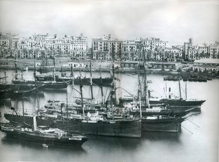 Barcelona. Probablemente 1888. La flota de la CCVT anclada y lista para su venta. Desde abajo; JOSE BARO, SANTIAGO y CASTILLA.jpg