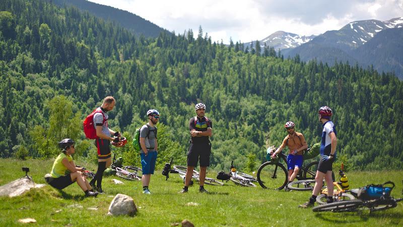 Oamenii la inceput de tura, pe o culme de deal cu priveliste spre Rodeni.