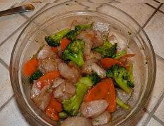 Filets de poisson blanc en marinade de sauce soja et ses legumes croquants