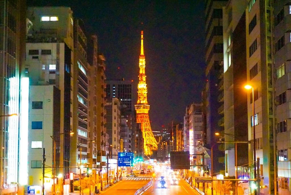 札の辻交差点から撮影した東京タワーの写真