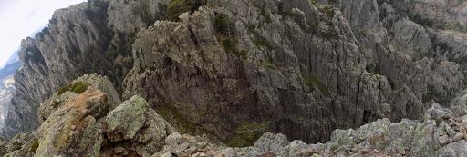 Le sommet Ouest de Punta Buvona et la brèche de séparation