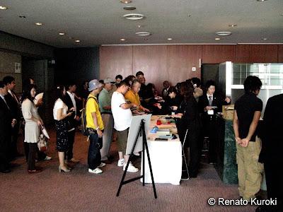 Recepção do lado esquerdo os japoneses do lado direito os convidados estrangeiros, todos recebem um botom da edição de 2007 e uma garrafa de chá verde.